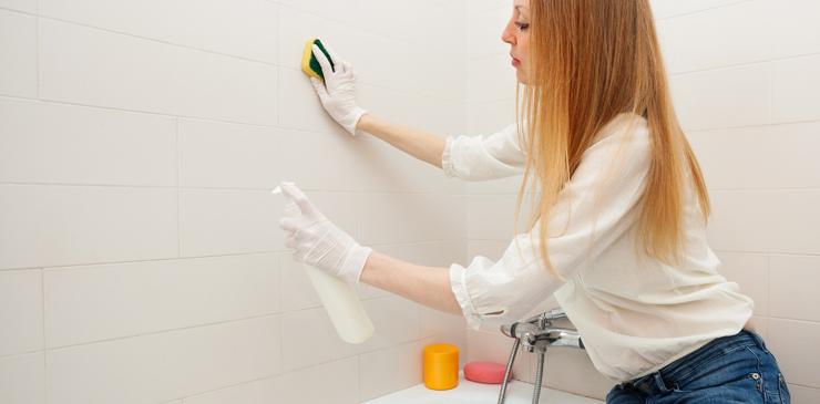 Clean The Oily Bathroom Tiles With Shampoo
